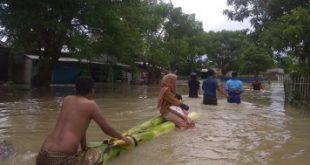 Evakuasi warga dengan batang pohon pisang saat banjir menerjang wilayah Kecamatan Babelan beberapa waktu lalu.
