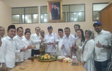 Pemotongan tumpeng dalam rangka HUT Partai Gerindra ke 12 di ruang rapat Fraksi Partai Gerindra DPRD kabupaten Bekasi, Kamis (06/02).