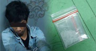 Tersangka VS (31) beserta barang bukti berupa satu bungkus plastik bening ukuran kecil diduga berisikan narkotika jenis sabu dengan berat 0,49 gram yang berhasil diamankan anggota Polsek Tarumajaya.