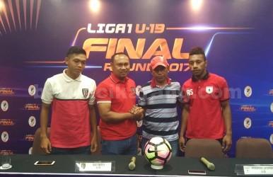 Pelatih Bali United U-19, I Wayan Arsana (kedua dari kiri) berjabat tangan dengan Abdul Manaf, Asisten pelatih Persipura Jayapura U-19 (kedua dari kanan) saat pre-match press conference di ruang Nakula Hotel Batiqa, Cikarang, Jumat (03/11).