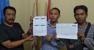 Calon anggota legislatif (Caleg) DPRD Kabupaten Bekasi dari Partai Gerindra Dapil V nomor urut 2, Haryanto (tengah) menunjukan ketidaksesuain data antara form C1 plano dengan hasil DA1 Kecamatan Pebayuran, Jum'at (03/05).