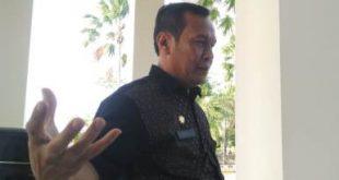Sekretaris DPRD Kabupaten Bekasi, Herman Hanafi saat menunjukan surat tentang tindaklanjut pengunduran diri Bupati Neneng yang dilayangkan Pemerintah Provinsi Jawa Barat pada tanggal 20 Februari 2019 lalu.