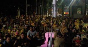 Ribuan guru honorer yang melakukan aksi demonstrasi, masih bertahan digerbang Plaza Pemkab Bekasi, Senin (24/09) malam.