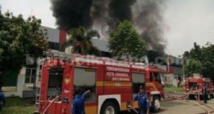 Petugas Damkar Jababeka saat tengah berusaha memadamkan api di Pabrik Kimia PT. Lea Tat Chemindo, Jababeka II.