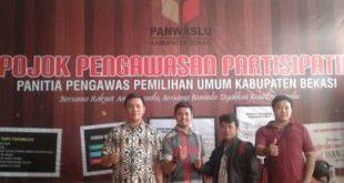 Koordinator JPRR Kabupaten Bekasi saat mengunjungi Pojok Pengawasan di Kantor Panwaslu Kabupaten Bekasi | Foto : Affif Ardhila