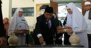 Bupati Bekasi, Eka Supria Atmaja saat melakukan tabur bunga di makam KH Noer Ali, Jum'at (08/11) pagi | Foto: Humas Pemkab Bekasi