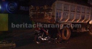 Terlihat sepeda motor yang digunakan Alm. Supena (61) warga Kp Kalijambe RT 04/04, Desa Lambangsari , Kecamatan Tambun Selatan, ringsek mencium pantat truk, Selasa (08/06) malam.