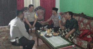 Kepala Kepolisian Sektor Tambun, Kompol Rahmad Sujatmiko bersama anggotanya saat bertakziah ke rumah salah seorang korban meninggal dunia akibat tsunami yang di wilayah pesisir Banten pada Sabtu (22/12) lalu.